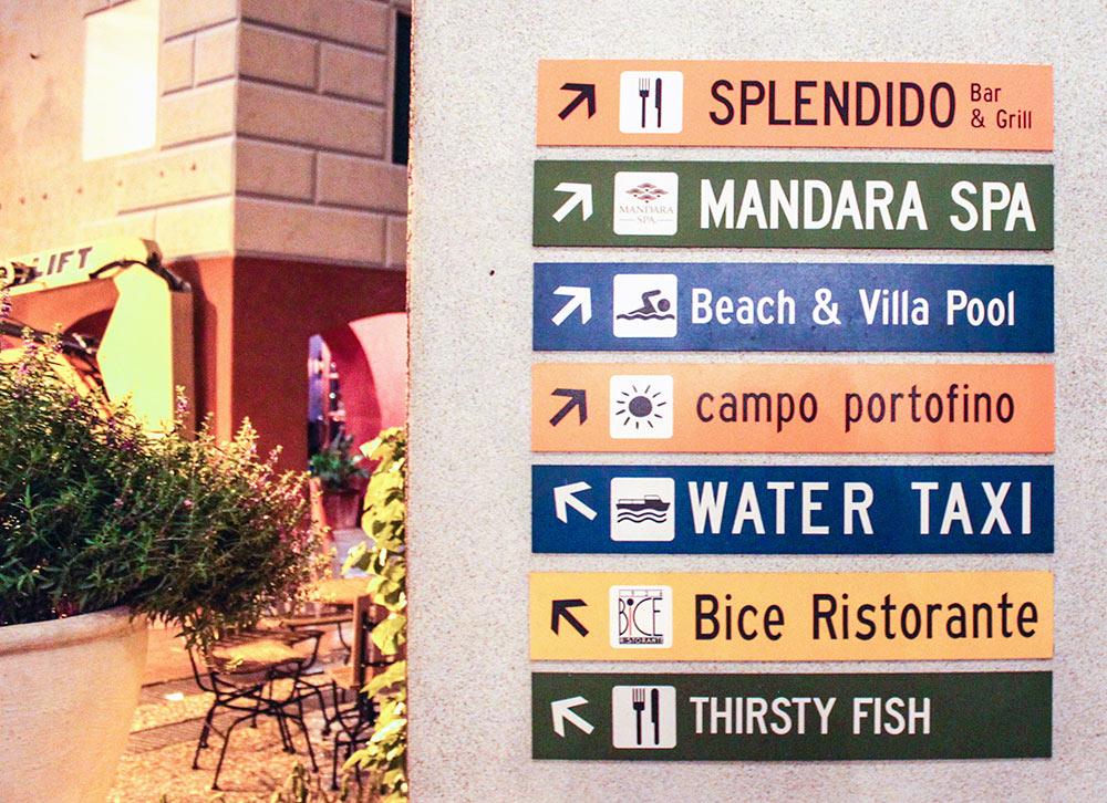 Placas indicativas no Loews Portofino Bay Hotel