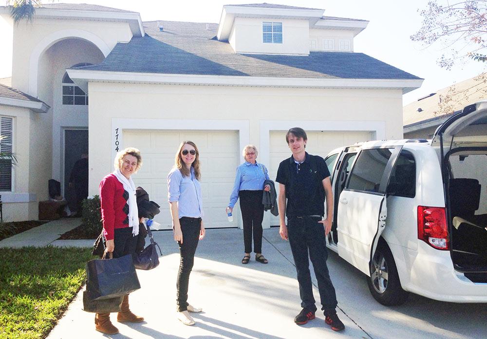 Em frente à casa alugada em Kissimmee, nos arredores da Disney