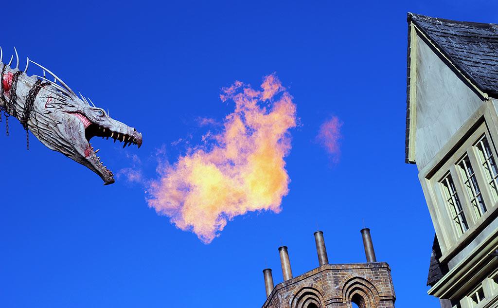 O dragão que cospe fogo no Beco Diagonal - Diagon Alley, no parque Universal Studios Florida