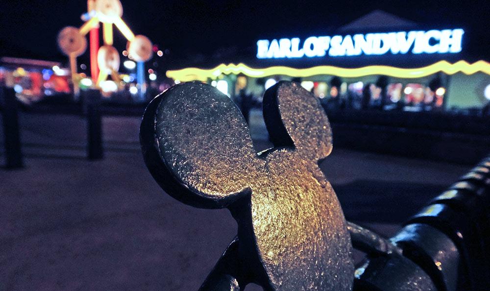 Foto noturna da fachada do Earl of Sandwich em Downtown Disney