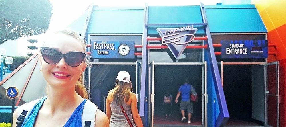 Placa do FastPass na entrada da atração Captain EO, Epcot