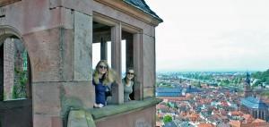 Um dos patamares de observação do Schloss Heidelberg, com vista para a Heiliggeistkirche ao fundo