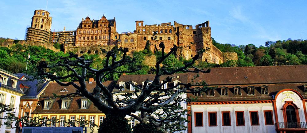O castelo de Heidelberg, Alemanha, visto da Altstadt