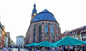 A Heiliggeistkirche, com os fundos para Marktplatz
