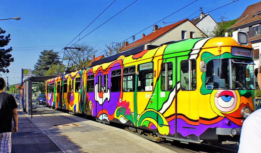Um bonde ou Straßenbahn bem colorido de Heidelberg