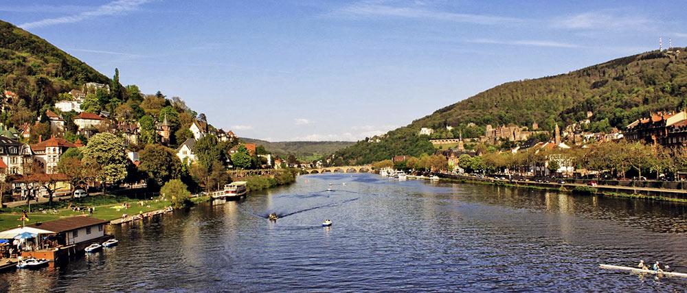 O Rio Neckar, em Heidelberg, visto da Karl-Theodor-Brücke, com o castelo ao fundo