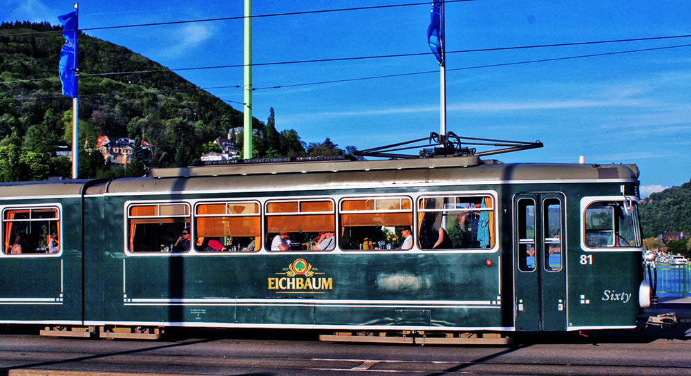 Um bonde ou Straßenbahn clássico de Heidelberg
