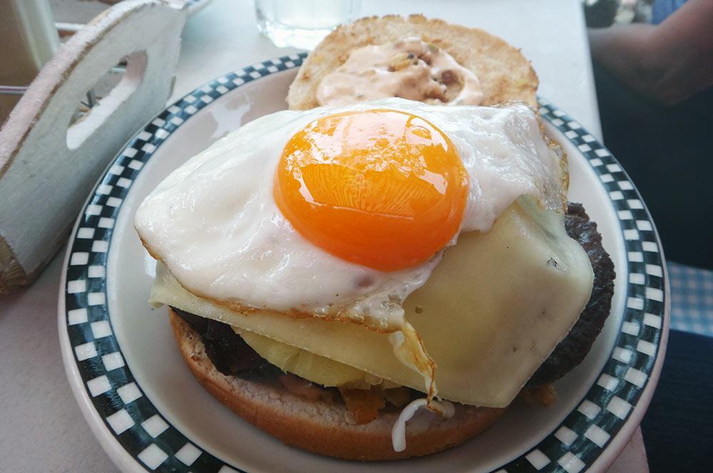Belo hambúrguer no restaurante de Fast Food Americano em Heidelberg, o Mandy's