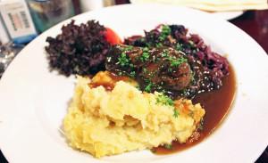 Enrolado de carne, purê de batatas, e repolho roxo no Restaurante Perkeo, em Heidelberg