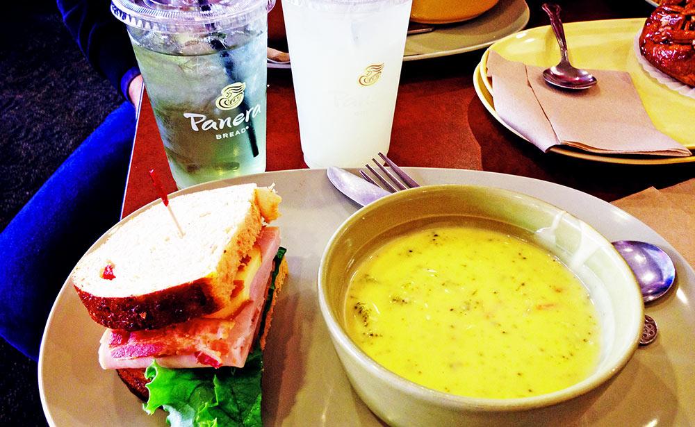 Sandwich no Panera Bread, sopa, chá verde e limonada