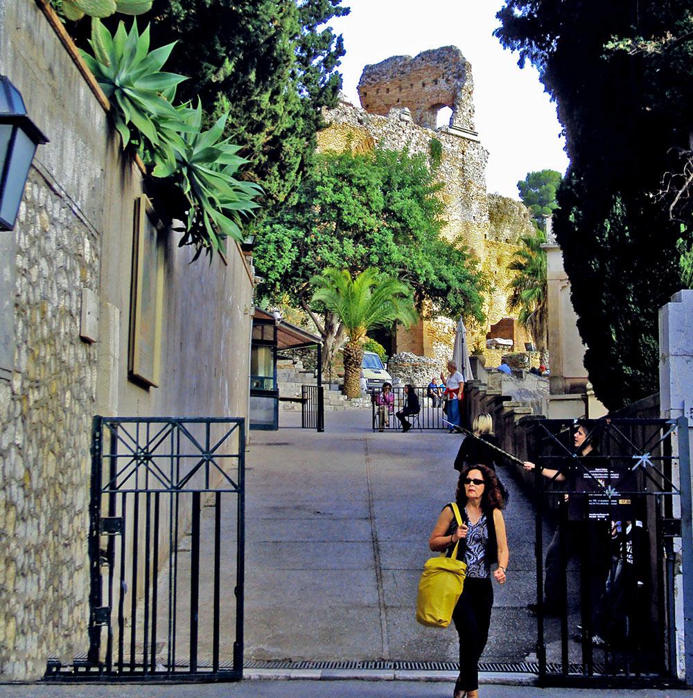 Entrada do antigo teatro grego em Taormina