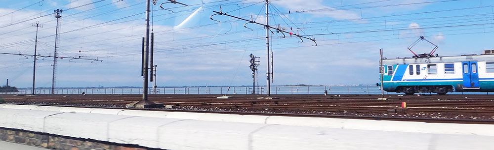 Trem fazendo o trajeto entre o continente e a ilha de Veneza