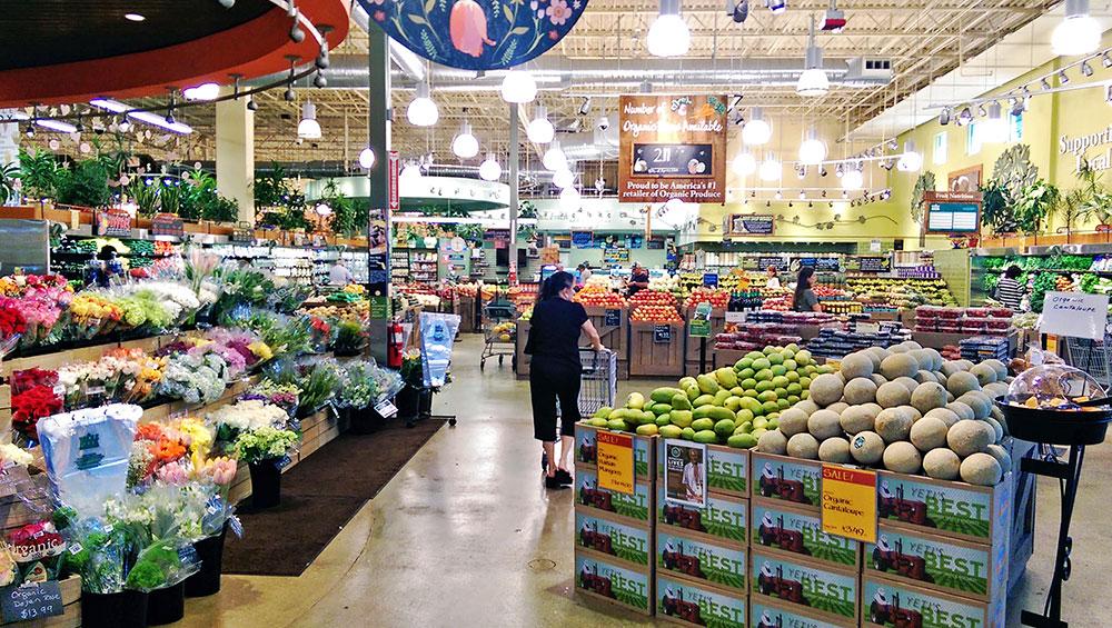 O interior do Whole Foods Market em Boca Raton, FL, na seção de flores e frutas