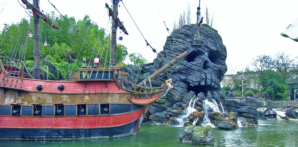 Área externa da atração Pirates of the Caribbean, na Disneyland Paris