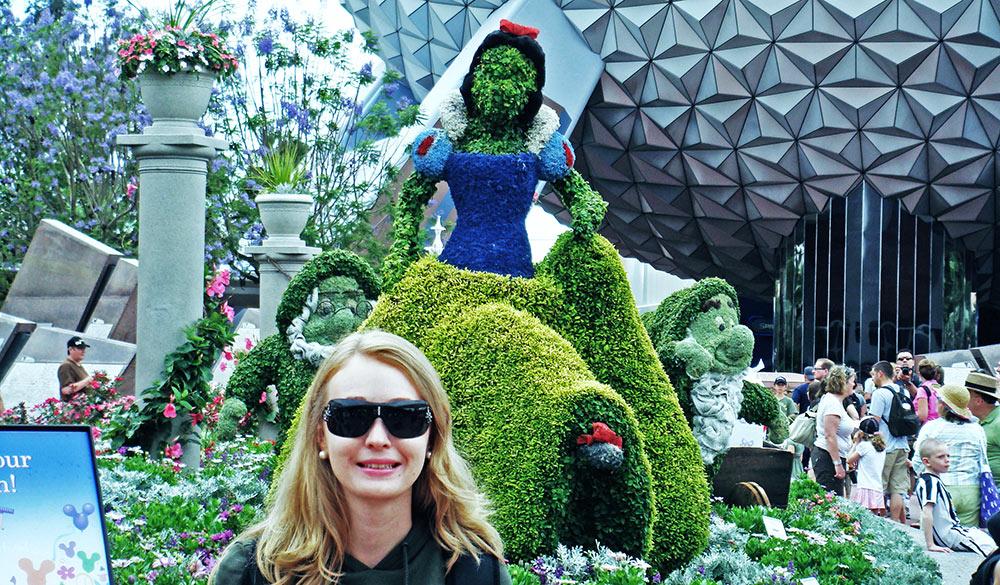 Minha esposa Patrícia em frente a um topiário da Branca de Neve e Os Sete Anões, no Epcot International Flower & Garden Festival