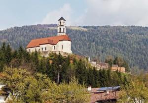 Igreja sobre uma colina em Lamon