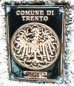Placa metálica da Comune di Trento