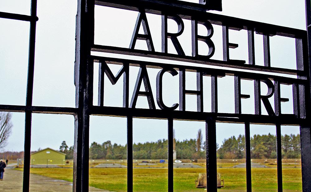 Placa Arbeit Macht Frei, na entrada do Campo de Concentração Sachenhausen, nos arredores de Berlim