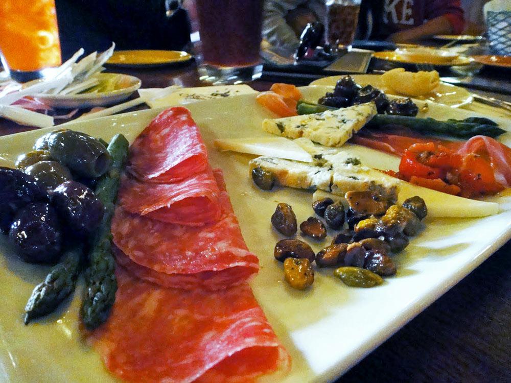 O belo prato de Antipasti no Mama Melrose's Ristorante Italiano, no parque Disney's Hollywood Studios, em Orlando, Flórida