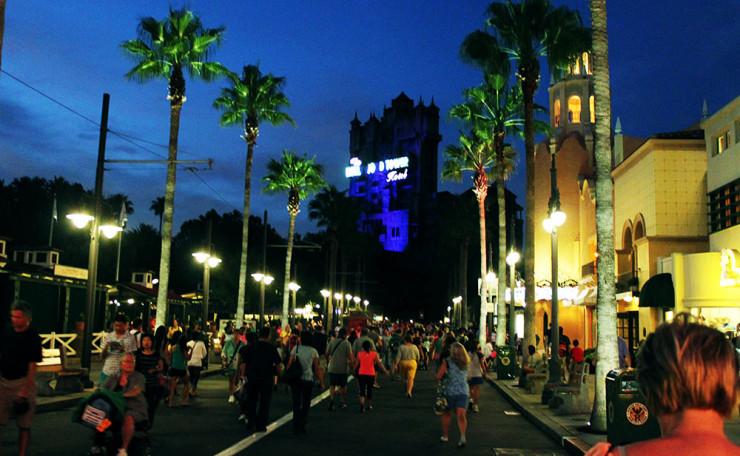 Medo de aventuras e emoções definitivamente é algo que você não vai querer levar em suas visitas aos parques da Disney. Ao fundo a Torre do Terror, ou The Twilight Zone Tower of Terror, no parque Disney's Hollywood Studios.