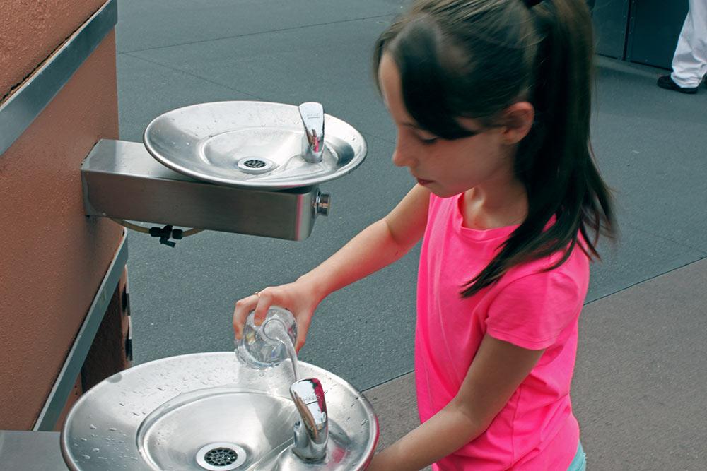 Levar apenas uma pequena garrafa de agua mineral para os parques Disney é o suficiente  visto que você encontra bebedouros ao longo dos parques para recarregar a sua garrafa.