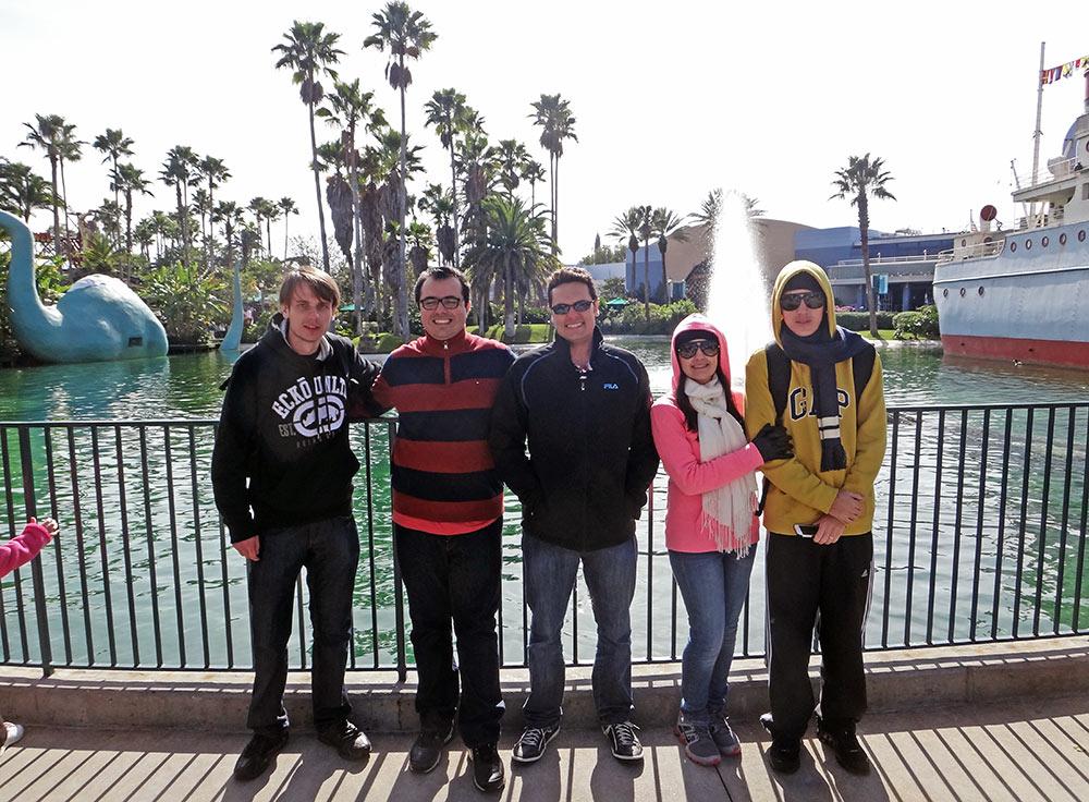Um grupo homogêneo e com gostos ao menos parecidos aumenta a chance de você se divertir na Disney. Dá pra ver que neste grupo cada um possui um nível de resistência diferente com relação ao frio, mas todos compartilham uma grande atração pela Disney.