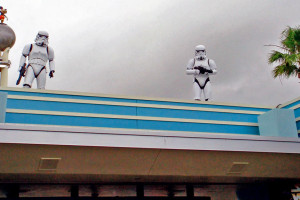 Clone troopers, vistos sobre a área de acesso ao parque Hollywood Studios durante a Star Wars Weekends