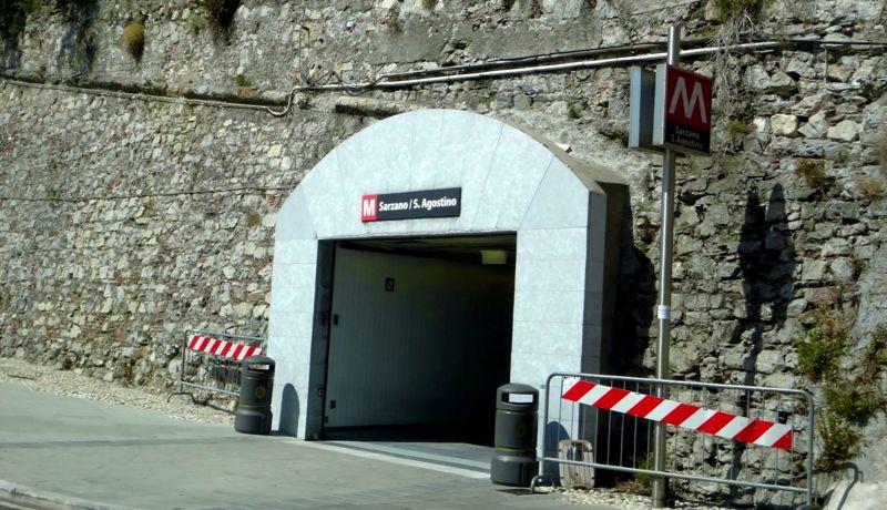 Um dos acessos ao Metrô de Gênova