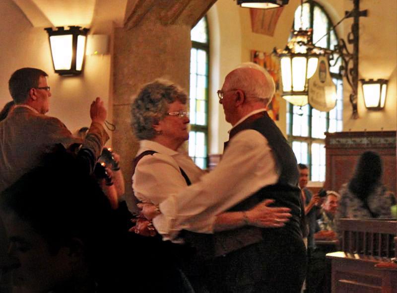 Senhores dançando na HofbräuhausSenhores dançando na Hofbräuhaus