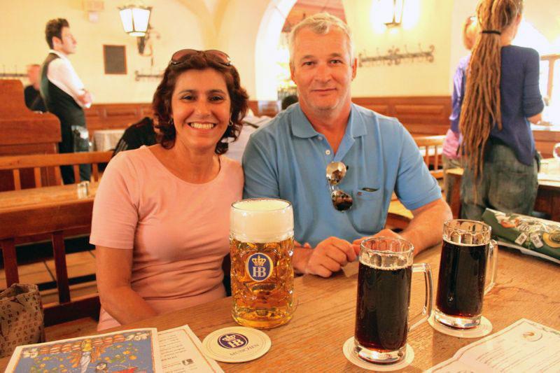 Meu sogro e minha sogra desfrutando a Hofbräuhaus