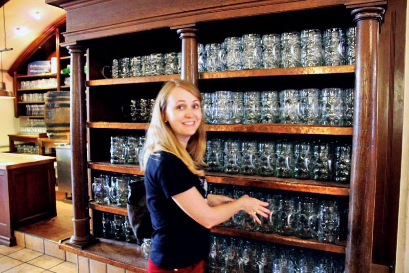 Prateleira de canecos na Hofbräuhaus