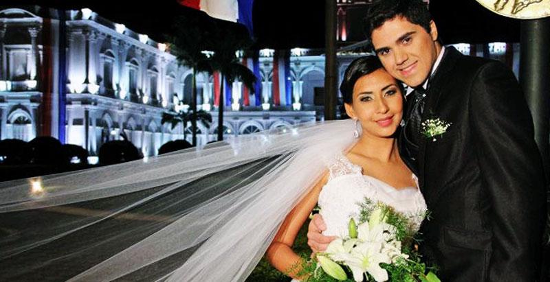 Os noivos André e Karen, em frente ao Palácio do Governo