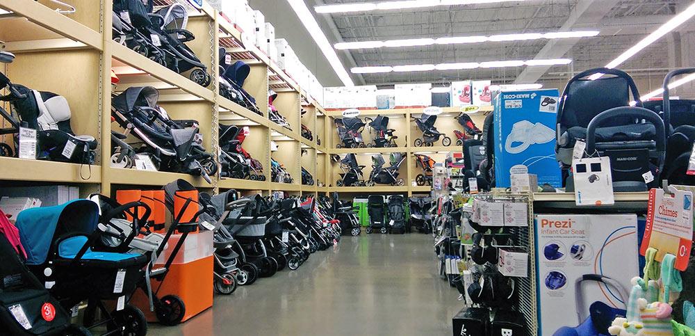 Área com muitas opções de carrinhos de bebê na loja Buy Buy Baby