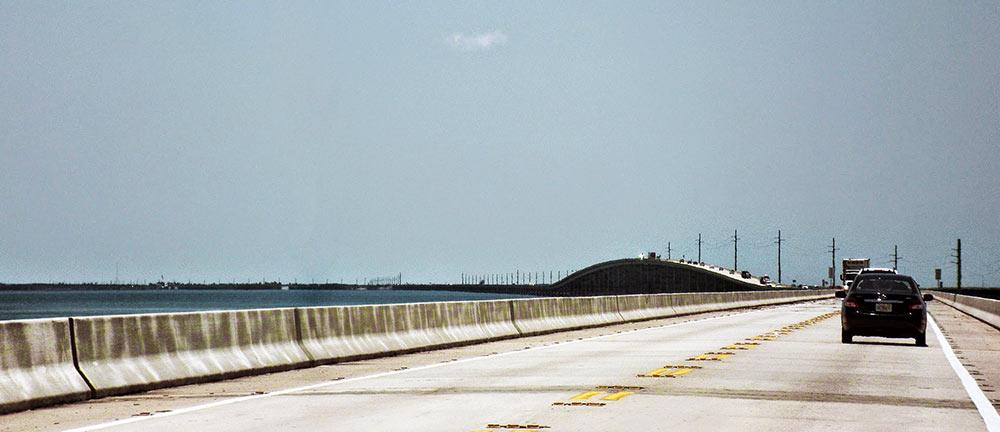 Uma das maiores pontes da Overseas Highway vista ao fundo, nas Florida Keys