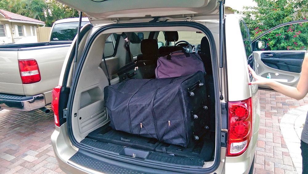 Minivan com porta-malas cheio de malas do enxoval Flórida Maio de 2014
