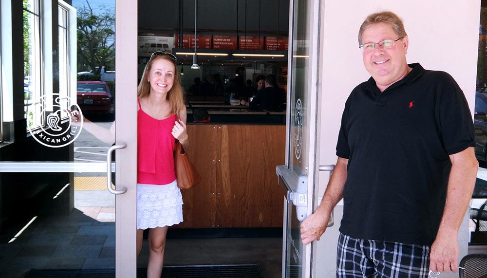 Nosso amigo Carlos abrindo a porta para nós no Chipotle Mexican Grill