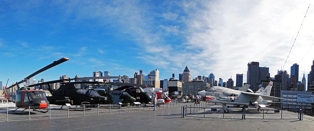 Panorama do deck mais alto do porta-aviões Intrepid, ancorado em Nova Iorque