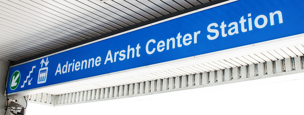 Placa com o nome de uma das estações do Miami Metromover