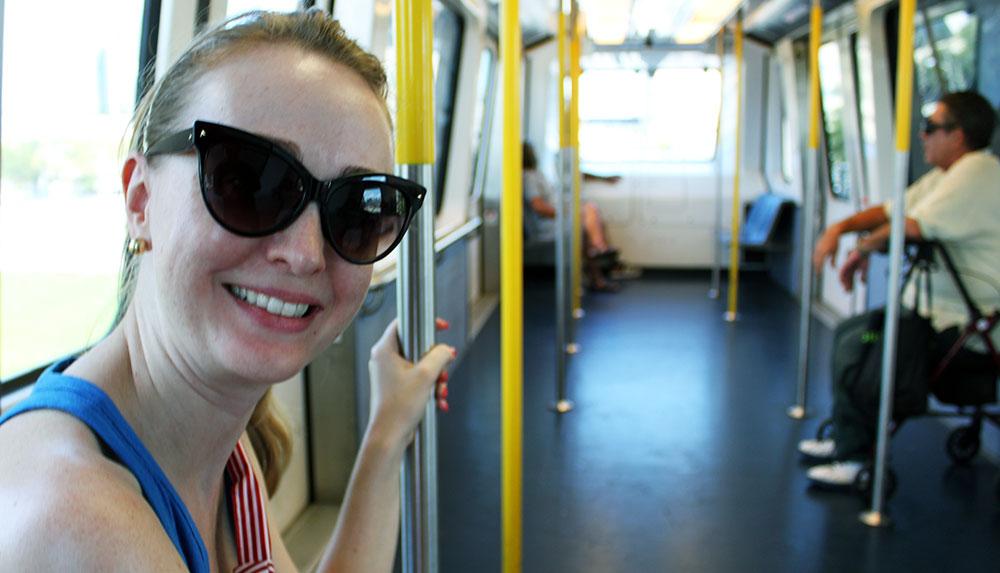 Minha esposa Patrícia dentro de um trem do Miami Metromover