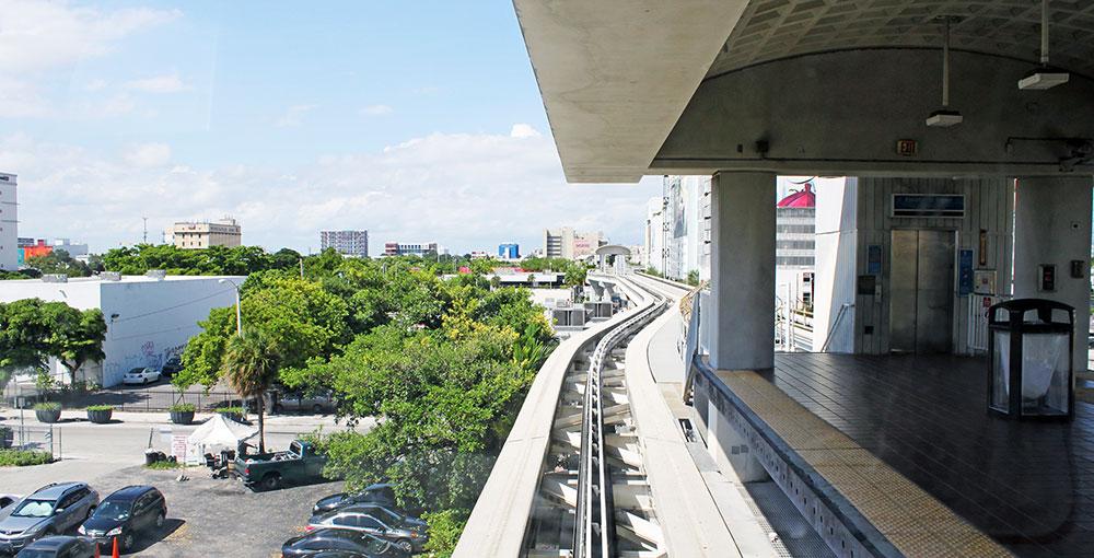 Estação do Miami Metromover vista de dentro de um dos trens