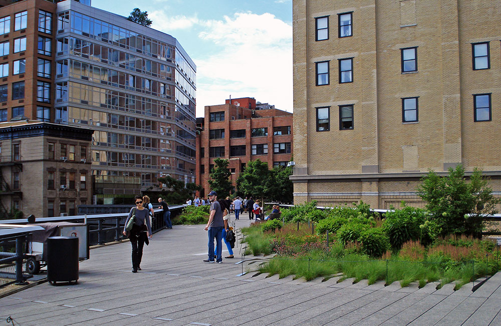 O parque linear High Line, que ocupa o espaço de uma antiga linha elevada de trem