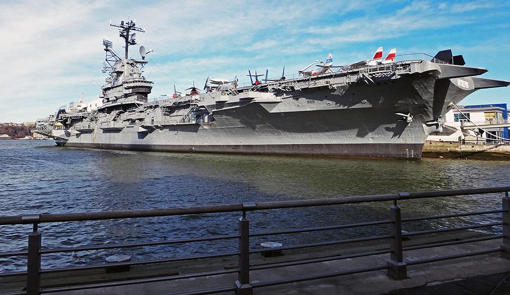 O porta-aviões Intrepid, ancorado em Nova Iorque, hoje parte de um museu do Ar, Mar, e Espaço