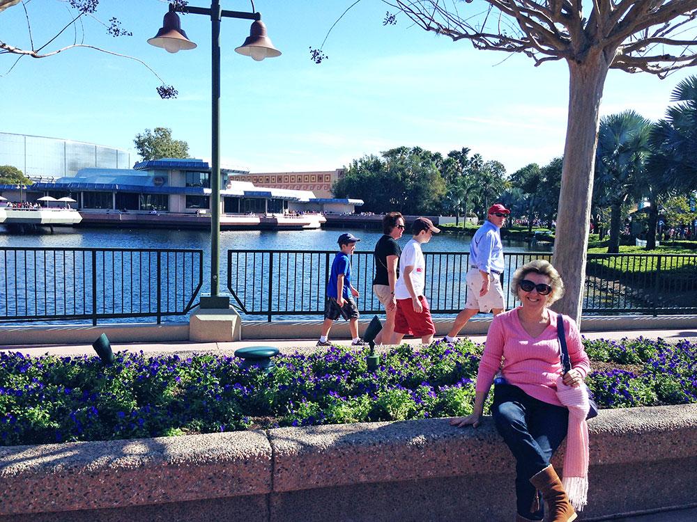 Minha sogra descansando um pouco em função de um dia intenso de visitação ao parque Epcot, da Disney em Orlando