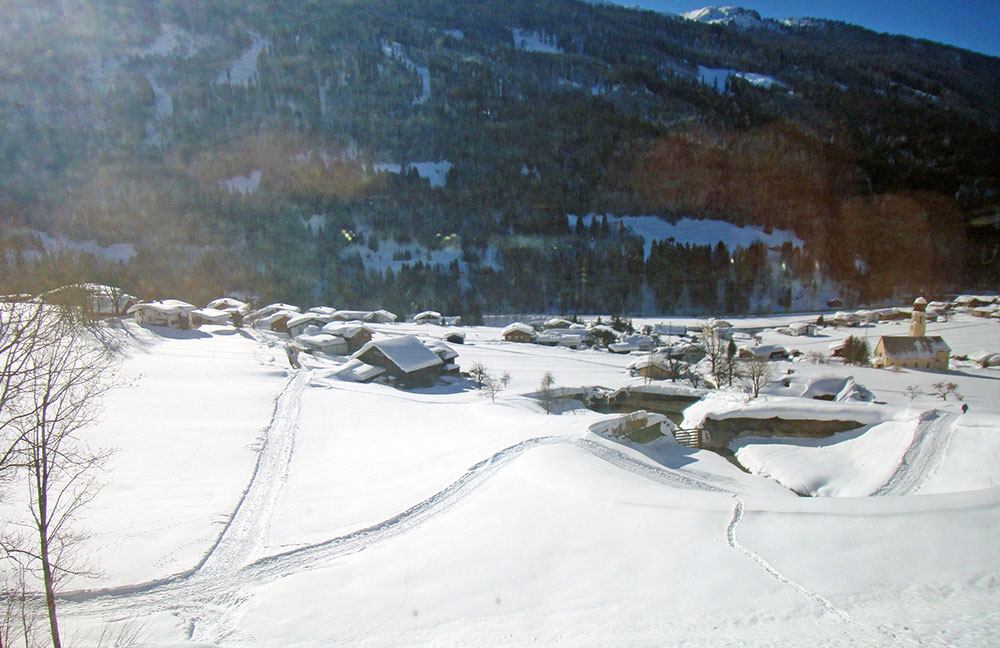 Cidade alpina sob grossa camada de neve, na Suíça, nas proximidades da fronteira com a Itália