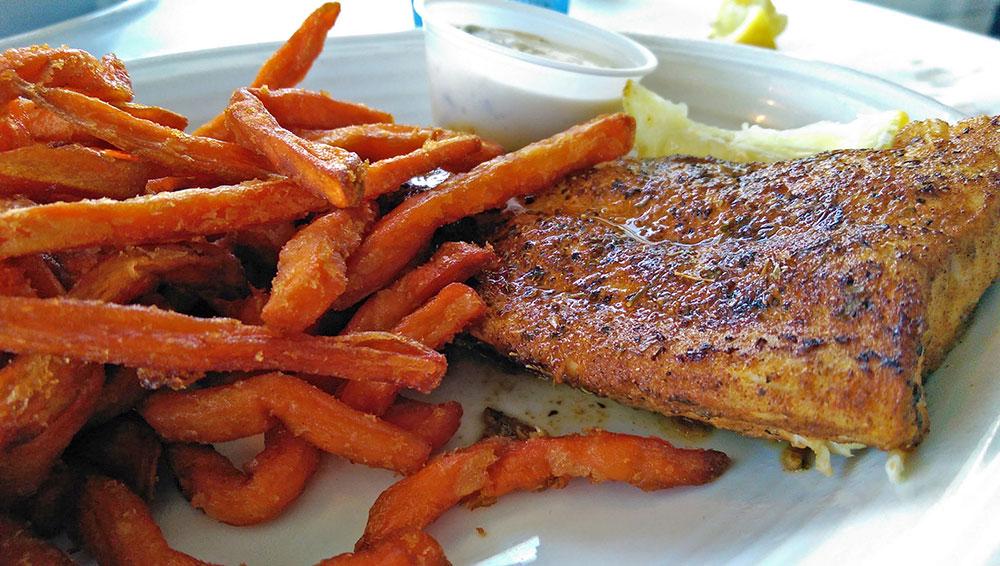 O meu Mahi Mahi com Sweet Potato Fries no Restaurante 15th Street Fisheries, em Fort Lauderdale, Florida