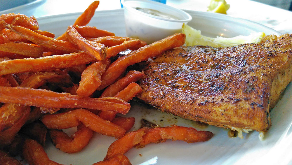O meu Mahi Mahi com Sweet Potato Fries no Restaurante 15th Street Fisheries, em Fort Lauderdale, Florida