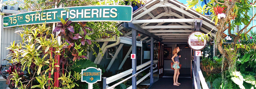 A entrada do Restaurante 15th Street Fisheries, em Fort Lauderdale, Florida