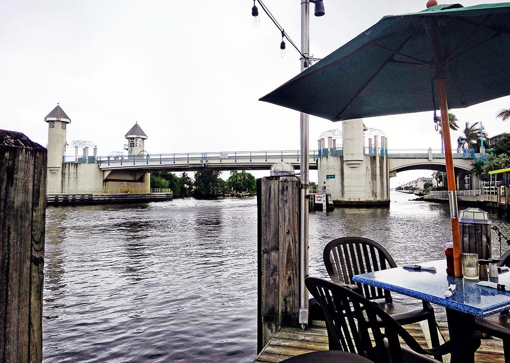 A vista do canal, prejudicada pelo céu nublado, no Restaurante Two Georges, em Boynton Beach, Flórida