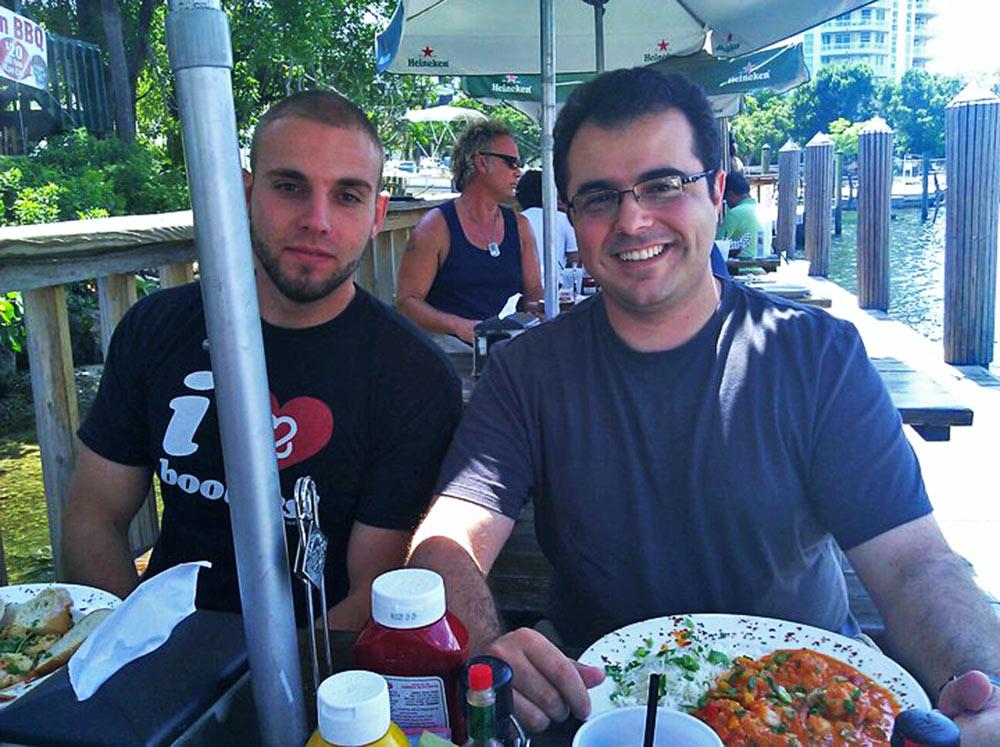 Com os amigos Bruno e Felipe (que tirou a foto) no Restaurante The Pirate Republic, que fica na margem oposta ao Riverwalk Fort Lauderdale