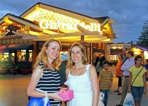 Paty e Juli em frente à loja Ghirardelli, em Downtown Disney